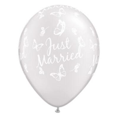 11 inch-es pillangós Just Married esküvői léggömb - Pearl White