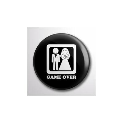 Kitűző legénybúcsúra 'Game over' felirattal